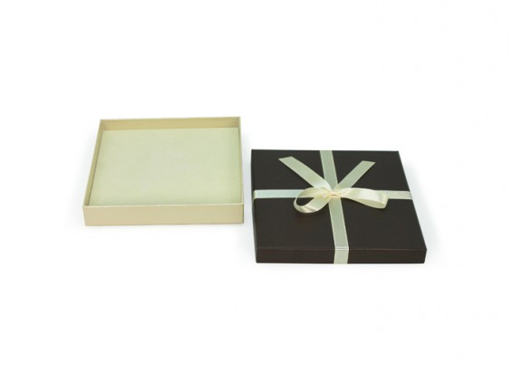 Boîte de carton avec arc